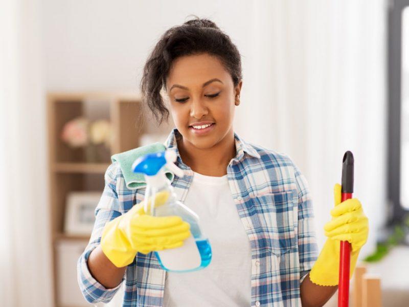Jak wyczyścić mocno zabrudzone wycieraczki i maty, czyli jesienny poradnik sprzątania