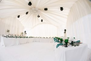 Organizacja wesela pod namiotem – w jakim stylu urządzić przyjęcie?