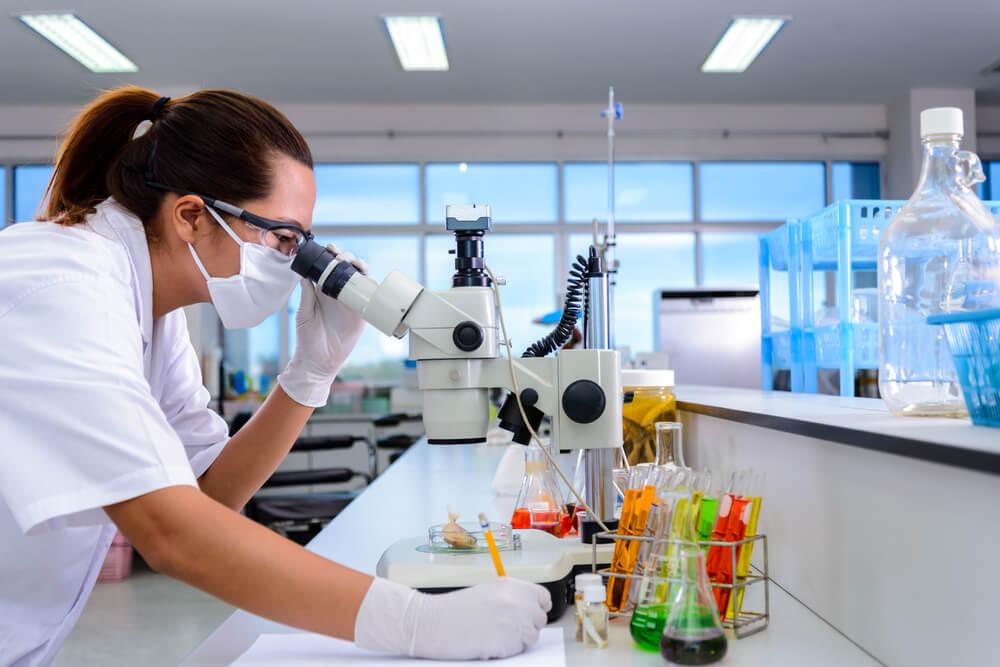 Studia podyplomowe dla przedstawicieli branży farmaceutycznej – jakie kierunki warto rozważyć?